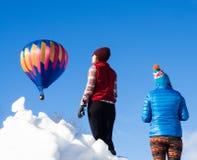 Επισκέπτες που απολαμβάνουν τη θέα των μπαλονιών ζεστού αέρα που απογειώνονται κατά τη διάρκεια του φεστιβάλ μπαλονιών Winthrop Στοκ εικόνες με δικαίωμα ελεύθερης χρήσης