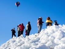 Επισκέπτες που απολαμβάνουν τη θέα των μπαλονιών ζεστού αέρα που απογειώνονται κατά τη διάρκεια του φεστιβάλ μπαλονιών Winthrop Στοκ Φωτογραφίες