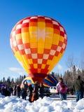 Επισκέπτες που απολαμβάνουν τη θέα των μπαλονιών ζεστού αέρα που απογειώνονται κατά τη διάρκεια του φεστιβάλ μπαλονιών Winthrop Στοκ Εικόνα