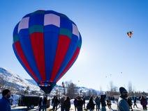 Επισκέπτες που απολαμβάνουν τη θέα των μπαλονιών ζεστού αέρα που απογειώνονται κατά τη διάρκεια του φεστιβάλ μπαλονιών Winthrop Στοκ φωτογραφίες με δικαίωμα ελεύθερης χρήσης