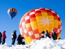 Επισκέπτες που απολαμβάνουν τη θέα των μπαλονιών ζεστού αέρα που απογειώνονται κατά τη διάρκεια του φεστιβάλ μπαλονιών Winthrop Στοκ Εικόνες