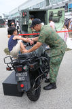 Επισκέπτες που εξερευνούν τη μοτοσικλέτα Yamaha Tw200 στο ανοικτό σπίτι 2017 στρατού στη Σιγκαπούρη Στοκ εικόνες με δικαίωμα ελεύθερης χρήσης
