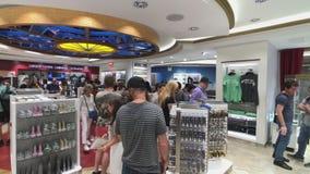 Επισκέπτες που επιλέγουν τα αναμνηστικά στο κατάστημα δώρων Εmpire State Building απόθεμα βίντεο