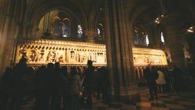 Επισκέπτες που επισκέπτονται τον καθεδρικό ναό της Notre-Dame στο Παρίσι, Γ απόθεμα βίντεο