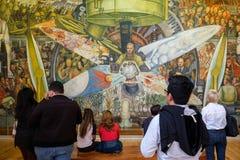 Επισκέπτες που θαυμάζουν τις τοιχογραφίες από το Diego Rivera Palacio de Bellas Artes στην Πόλη του Μεξικού Στοκ εικόνες με δικαίωμα ελεύθερης χρήσης