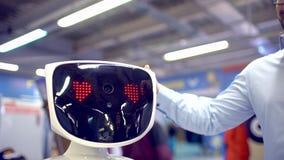 Επισκέπτες που μιλούν με το ρομπότ humanoid απόθεμα βίντεο