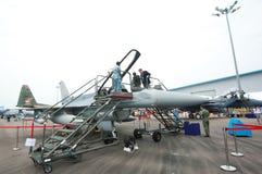 Επισκέπτες που δοκιμάζουν ένα πολεμικό τζετ στη Σιγκαπούρη Airshow 2014 Στοκ Εικόνες