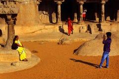 Επισκέπτες που παίρνουν τις φωτογραφίες στο mahabalipuram- πέντε rathas Στοκ Φωτογραφία