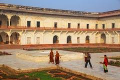 Επισκέπτες που περπατούν γύρω από Anguri Bagh (κήπος σταφυλιών) στο οχυρό Agra, Στοκ εικόνες με δικαίωμα ελεύθερης χρήσης