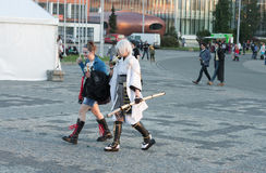 Επισκέπτες που περπατούν και που πίνουν δικοί σας ποτό Στοκ Φωτογραφίες
