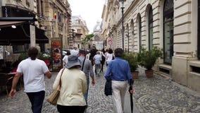 Επισκέπτες που περπατούν μέσω της παλαιάς πόλης του Βουκουρεστι'ου, Βουλγαρία απόθεμα βίντεο