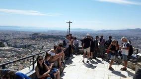 Επισκέπτες που χαλαρώνουν μετά από να αναρριχηθεί στην κορυφή του υποστηρίγματος Lycabettus, Αθήνα, Ελλάδα απόθεμα βίντεο