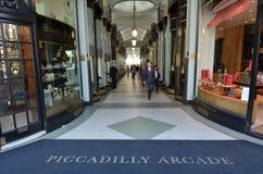 Επισκέπτες σε Piccadilly Arcade στο Λονδίνο UK Στοκ Εικόνες