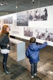 Επισκέπτες στην τοπογραφία μουσείων του τρόμου, Γερμανία στοκ φωτογραφία με δικαίωμα ελεύθερης χρήσης