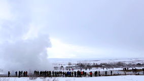 Επισκέπτες στη geyser έκρηξη Strokkur, Ισλανδία απόθεμα βίντεο