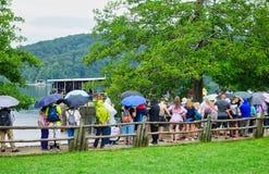 Επισκέπτες στις λίμνες Plitvice, Κροατία στοκ φωτογραφίες