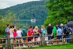 Επισκέπτες στις λίμνες Plitvice, Κροατία στοκ εικόνα