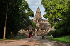 Επισκέπτες στους κήπους ναών, Angkor Wat στην Καμπότζη Στοκ εικόνες με δικαίωμα ελεύθερης χρήσης