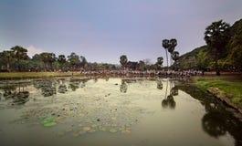 Επισκέπτες στους ομοίους, Angkor Wat στην Καμπότζη Στοκ εικόνες με δικαίωμα ελεύθερης χρήσης