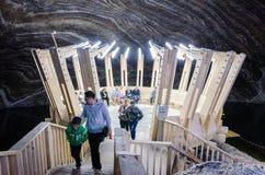Επισκέπτες στο αλατισμένο ορυχείο Turda, Cluj, Ρουμανία στοκ φωτογραφία με δικαίωμα ελεύθερης χρήσης