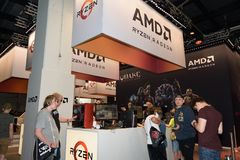 Επισκέπτες στο θάλαμο του επεξεργαστή και της κάρτας γραφικών manufac Στοκ Φωτογραφία