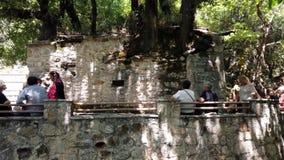 Επισκέπτες στο θαύμα Άγιος Θεοδώρα Church, Πελοπόννησος, Ελλάδα απόθεμα βίντεο