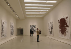 Επισκέπτες στο μουσείο Γκούγκενχαϊμ του Solomon Ρ σύγχρονου και της σύγχρονης τέχνης στη Νέα Υόρκη κατά τη διάρκεια της έκθεσης μα Στοκ φωτογραφίες με δικαίωμα ελεύθερης χρήσης