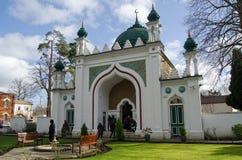 Επισκέπτες στο μουσουλμανικό τέμενος Shah Jehan, Woking Στοκ φωτογραφία με δικαίωμα ελεύθερης χρήσης