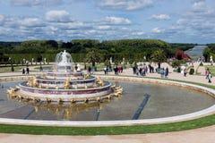 Επισκέπτες στο παλάτι Βερσαλλίες κήπων στο Παρίσι, Γαλλία Στοκ Εικόνες