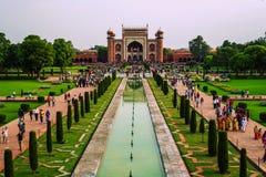 Επισκέπτες στο Taj Mahal σύνθετο στις 20 Σεπτεμβρίου 2015, σε Agra, Ουτάρ Πραντές, Στοκ εικόνα με δικαίωμα ελεύθερης χρήσης