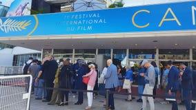 Επισκέπτες φεστιβάλ ταινιών των Καννών στη σειρά αναμονής, διάσημο ετήσιο γεγονός πολιτισμού στη Γαλλία απόθεμα βίντεο