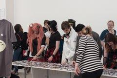 Επισκέπτες Animefest που παρουσιάζουν anime κουμπιά στην αγορά Στοκ Εικόνες
