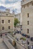 Επισκέπτες strolling οι λόγοι του πύργου του Λονδίνου, Αγγλία Στοκ Φωτογραφίες