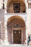 Επισκέπτης κοντά στις πόρτες του καθεδρικού ναού Duomo στη Βερόνα Στοκ φωτογραφίες με δικαίωμα ελεύθερης χρήσης