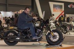 Επισκέπτης που προσπαθεί να καθίσει στις μοτοσικλέτες Harley Davidson Softail SL Στοκ εικόνα με δικαίωμα ελεύθερης χρήσης
