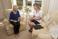 Επισκέπτης υγείας σε μια εγχώρια επίσκεψη με την ηλικιωμένη κυρία Στοκ φωτογραφία με δικαίωμα ελεύθερης χρήσης