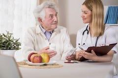Επισκεπτόμενος ασθενής γιατρών στο σπίτι Στοκ εικόνα με δικαίωμα ελεύθερης χρήσης