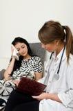 Επισκεπτόμενος ασθενής γιατρών Στοκ φωτογραφίες με δικαίωμα ελεύθερης χρήσης