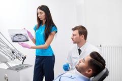 Επισκεπτόμενος οδοντίατρος νεαρών άνδρων Στοκ Εικόνες
