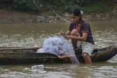 Επισκευάζοντας έναν ψαρά καθαρό στοκ εικόνα με δικαίωμα ελεύθερης χρήσης