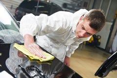 Επισκευάζοντας και γυαλίζοντας αυτοκίνητο μηχανικών Στοκ Εικόνες