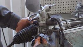 Επισκευή αυτοκινήτων Ο μηχανικός αλλάζει ένα περιλαίμιο για τις λεπτομέρειες που στερεώνονται σε μια κακία απόθεμα βίντεο