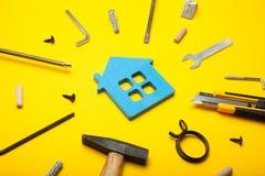 Επισκευή εγχώριας ιδιοκτησίας, επιτυχία ανακαίνισης Οικογενειακή οικογένεια χρηματοδότησης στοκ φωτογραφίες