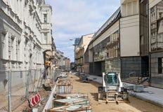 Επισκευή ενός για τους πεζούς μέρους της οδού πόλεων Vilnius στοκ εικόνες