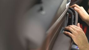 Επισκευή λαβών πορτών αυτοκινήτων Επισκευή στην υπηρεσία αυτοκινήτων στοκ φωτογραφίες με δικαίωμα ελεύθερης χρήσης