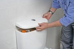 Επισκευή μιας δεξαμενής τουαλετών στοκ φωτογραφίες με δικαίωμα ελεύθερης χρήσης