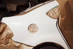 Επισκευή σώματος του αυτοκινήτου μετά από το ατύχημα Wraping του οχήματος με το προστατευτικό έγγραφο πρίν χρωματίζει στοκ φωτογραφία με δικαίωμα ελεύθερης χρήσης