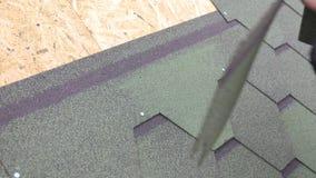 Επισκευή της στέγης ενός κατοικημένου σπιτιού εγκατάσταση των μαλακών κεραμιδιών μερική αντικατάσταση της χαλασμένης στέγης σημεί απόθεμα βίντεο