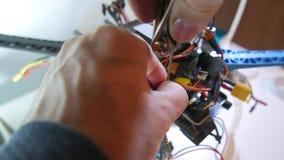 Επισκευή του κηφήνα σε ένα εργαστήριο απόθεμα βίντεο