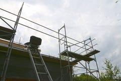 Επισκευή του κτηρίου, του ανελκυστήρα καρεκλών οικοδόμησης και των υλικών σκαλωσιάς Στοκ φωτογραφίες με δικαίωμα ελεύθερης χρήσης